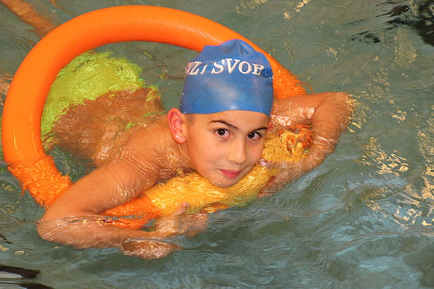 LuFisch e.V. receives GameDuell's festive donation to offer swimming-related activities to kids